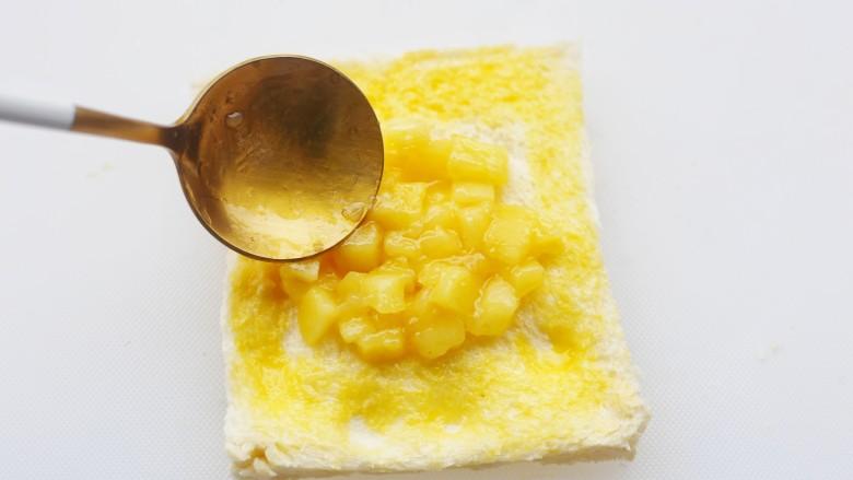 无敌好吃的苹果派,苹果丁倒在吐司上。