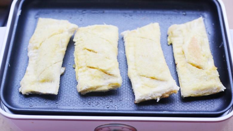 无敌好吃的苹果派,平底锅加热刷一层油,放入苹果派,小火煎至两面金黄即可。