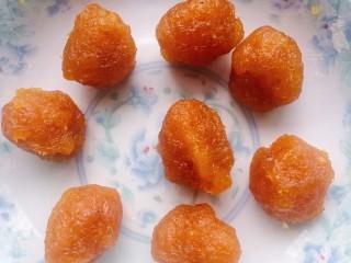 菠萝面包,利用面团发酵的时间可以先把菠萝馅分好,分8份,每份30克