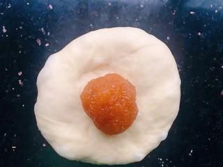 菠萝面包,拿一份小面包用手掌按压一下,放入菠萝馅收口