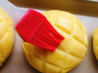 菠萝面包,二发发酵好,在表面刷上一层全蛋液