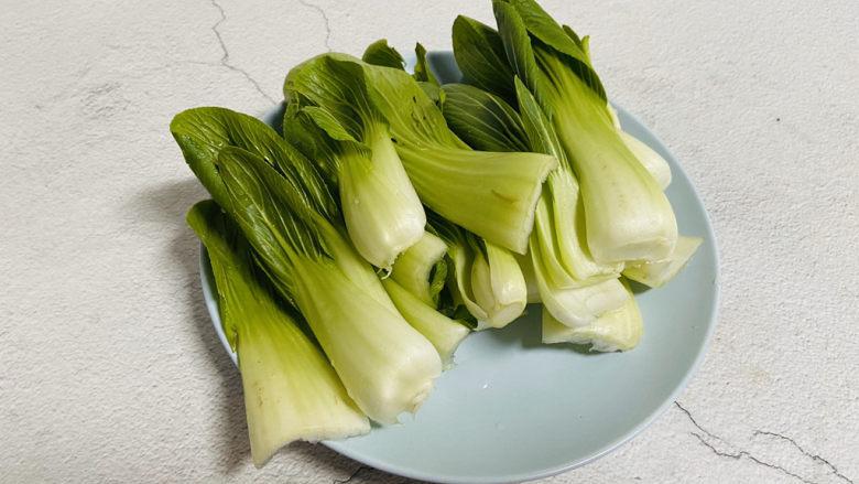 青菜炒香菇,青菜清洗干净沥干水分