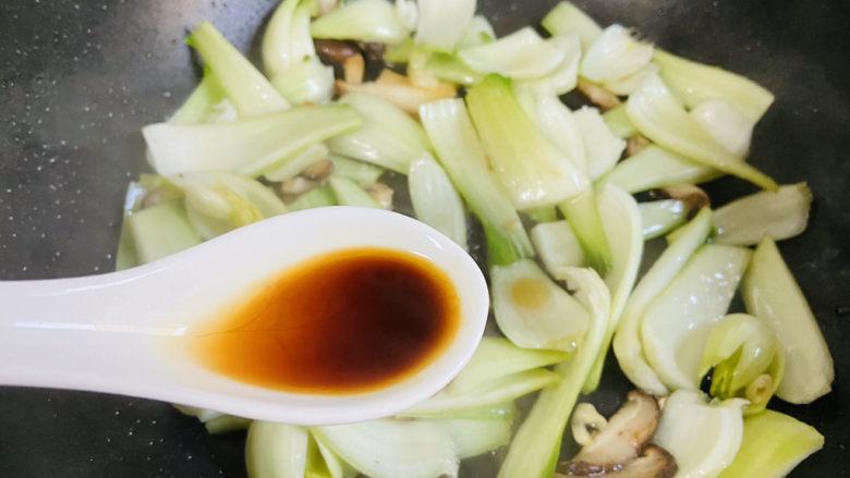 青菜炒香菇,烹入小炒鲜酱油