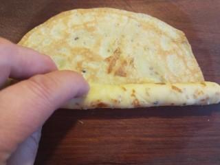 香脆蛋卷,趁着热用筷子卷起。