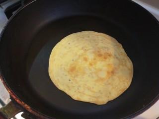 香脆蛋卷,小火煎制翻面。