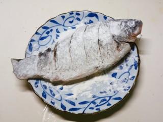 香菇鲫鱼汤,鲫鱼裹上薄薄一层面粉