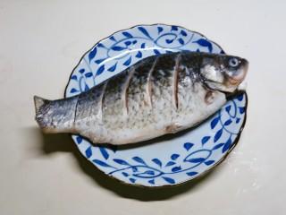 香菇鲫鱼汤,鲫鱼去内脏 清洗干净 在鱼身上划几刀