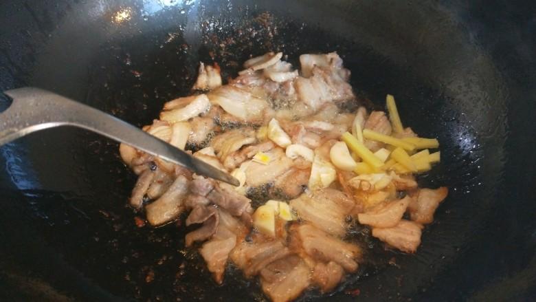 五花肉炒洋葱,在翻炒均匀。