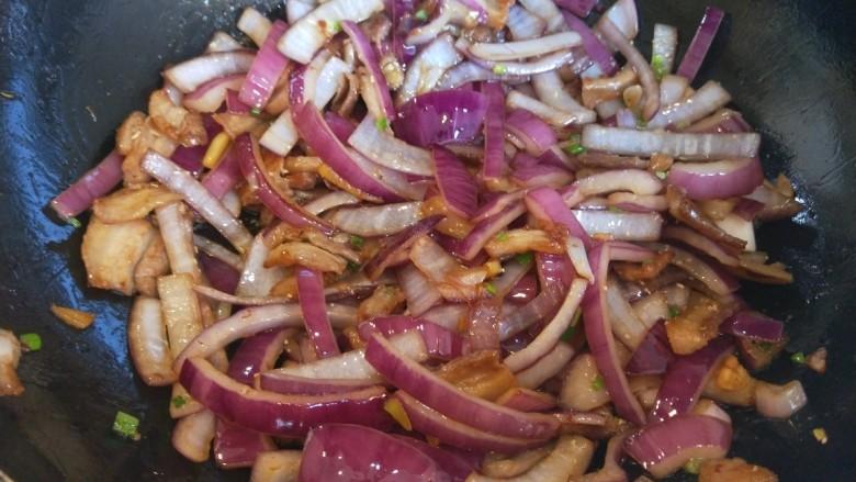五花肉炒洋葱,加入鸡精炒均匀即可。