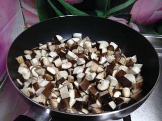 牛肉香菇酱, 锅内加入油烧至微热倒入香菇丁中小火开始翻炒