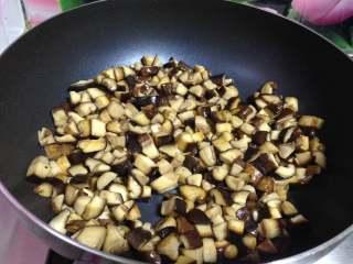 牛肉香菇酱, 炒至香菇丁水分减少、表面微黄变干时盛出备用