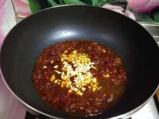 牛肉香菇酱, 炒锅再加油烧至3成热倒入郫县豆瓣酱炒出红油后倒入蒜蓉炒出香味