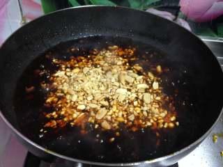 牛肉香菇酱, 调一下味道,最后倒入花生碎搅匀关火,装入无水无油的容器中密闭保存,用干净的筷子随吃随取