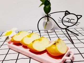 玫瑰苹果饼,切成四片