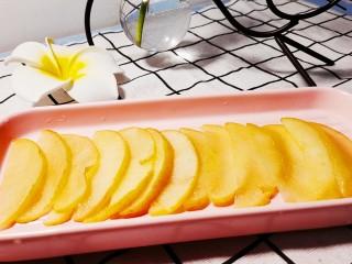 玫瑰苹果饼,熬制苹果透明软化后捞起沥水
