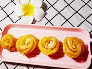 玫瑰苹果饼,沿着一端卷起