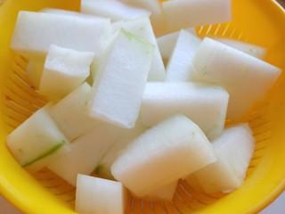 东瓜汆丸子,在切成小块。
