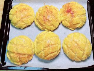 菠萝面包,烤盘放入烤箱中,上下火180度,中层15分钟,中途注意观察,上色满意及时盖锡纸。取出面包放凉。
