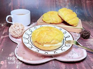 菠萝面包,夹上一片黄油,配上一杯茶,是不是有种相似的感觉,茶餐厅的菠萝包制作起来就这么简单哟!