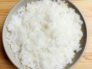 咖喱鸡肉土豆,配上一碗蒸好的米饭。
