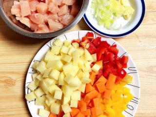 咖喱鸡肉土豆,食材切好待用。