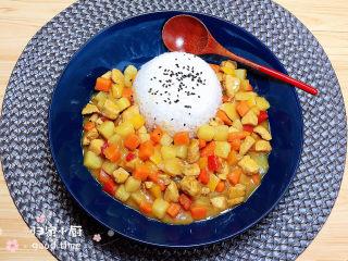 咖喱鸡肉土豆,盛饭装盘,饭上可以加少许黑芝麻点缀,盘子旁边盛几勺咖喱土豆鸡块,一份充满浓郁咖喱味美食就上桌了!
