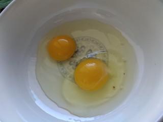 酸奶芝士蛋糕,鸡蛋打入碗里