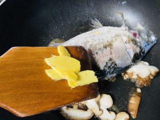 香菇鲫鱼汤,放入姜片