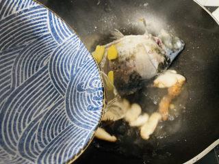 香菇鲫鱼汤,加入足够的开水