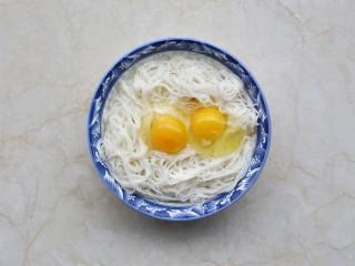 面条鸡蛋饼,剩面条放入大碗中,打入两个鸡蛋。