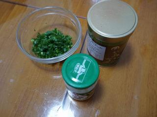 香葱肉松手撕面包,准备葱末、肉松和沙拉酱。