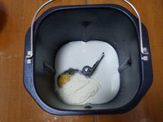 香葱肉松手撕面包,将材料按液体到粉类的顺序放入面包机中