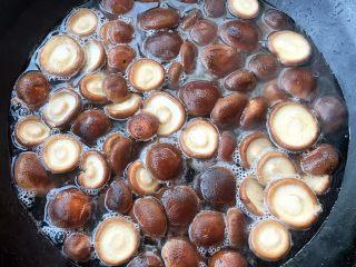 青菜炒香菇,香菇去蒂清洗干净锅中烧开水放入香菇焯水至漂浮上来变色焯熟