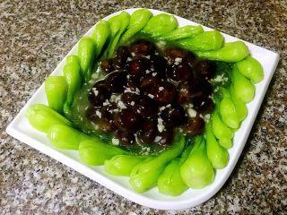 青菜炒香菇,将芡汁均匀的淋在香菇上面