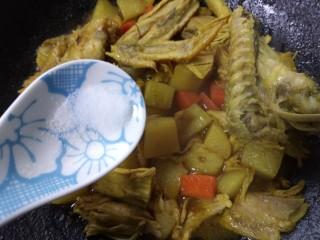 咖喱鸡肉土豆,再煮一会加入少许盐和白糖调味