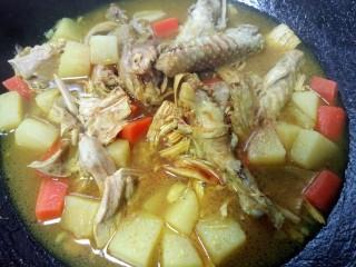 咖喱鸡肉土豆,加入适量生抽