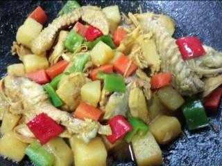 咖喱鸡肉土豆,青红椒炒至断生即可出锅