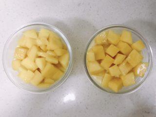 酸奶芝士蛋糕,4小时后取出铺上水果粒就可以啦