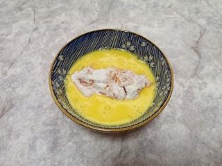 香酥炸鸡翅,然后放入鸡蛋液里面浸泡几秒钟,沾满蛋液。