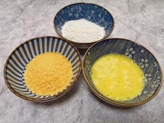 香酥炸鸡翅,鸡蛋一个打散,准备好玉米淀粉和面包糠。
