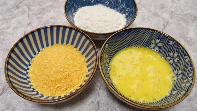 香酥炸鸡翅,<a style='color:red;display:inline-block;' href='/shicai/ 9'>鸡蛋</a>一个打散,准备好<a style='color:red;display:inline-block;' href='/shicai/ 512'>玉米淀粉</a>和面包糠。