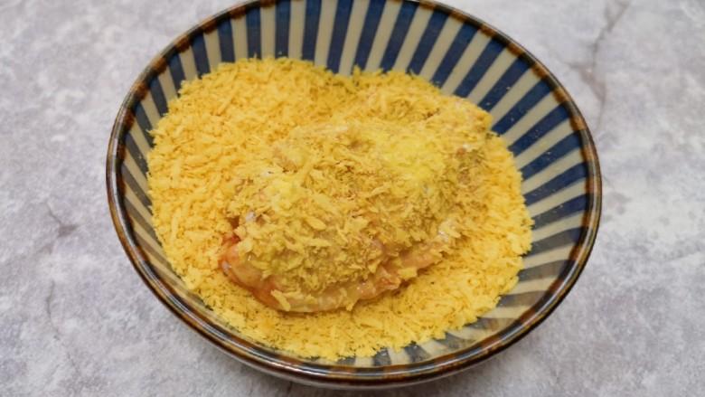 香酥炸鸡翅,最后将沾满蛋液的鸡翅放入面包糠里面打个滚,沾满面包糠。