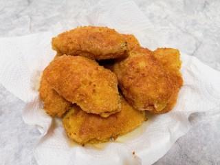 香酥炸鸡翅,盘子里铺上厨房用纸,放上炸好的鸡翅,吸一下多余的油分。