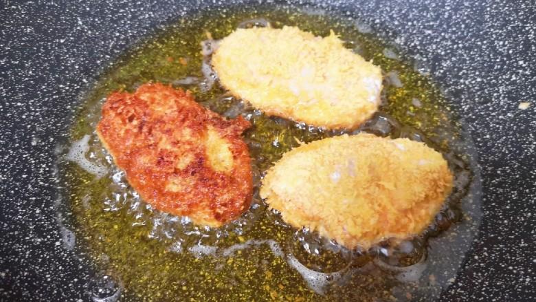 香酥炸鸡翅,锅内倒入多一点的食用油烧至七成热,放入鸡翅中小火炸制,中间多次翻动,炸至金黄色捞出。