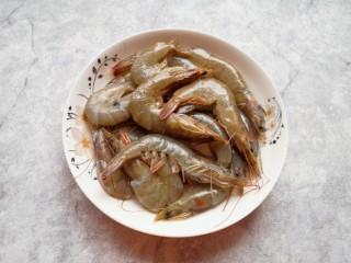 香菇虾仁饺子,虾冲洗干净。