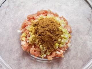香菇虾仁饺子,放上十三香。