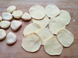 香菇虾仁饺子,将小剂子压扁,擀成中间稍厚边缘薄的饺子皮。