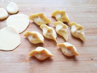 香菇虾仁饺子,将饺子包成自己喜欢的形状。