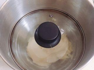 菠萝面包,带上保鲜膜或盖子发酵。