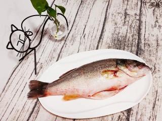 清蒸鲈鱼-年年有余,准备一条新鲜的鲈鱼,洗干净沥水